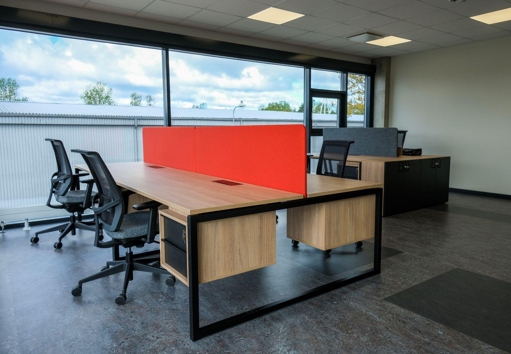 Četras darba vietas jaunajā Melnā Govs birojā