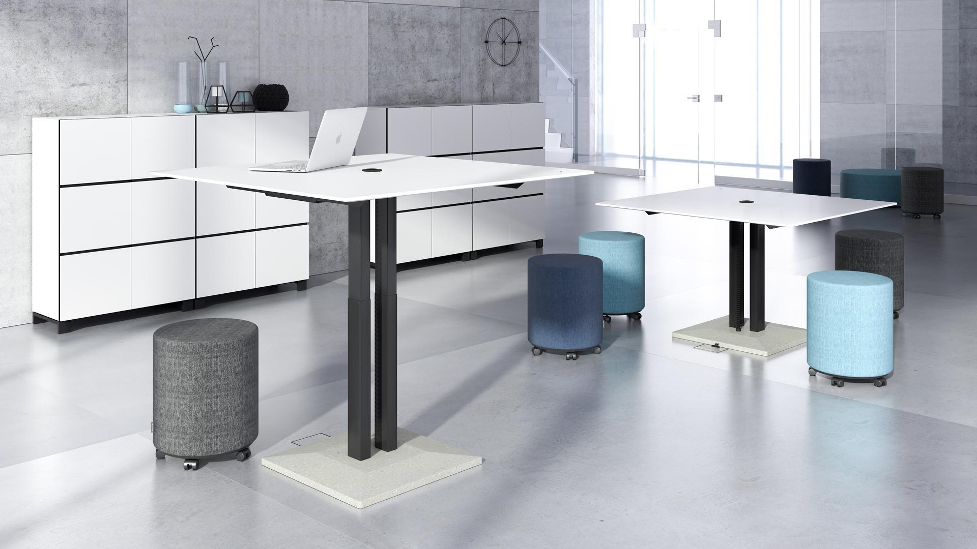 Augstumā regulējams apriežu galds ar betona pamatni kā dizaina akcentu