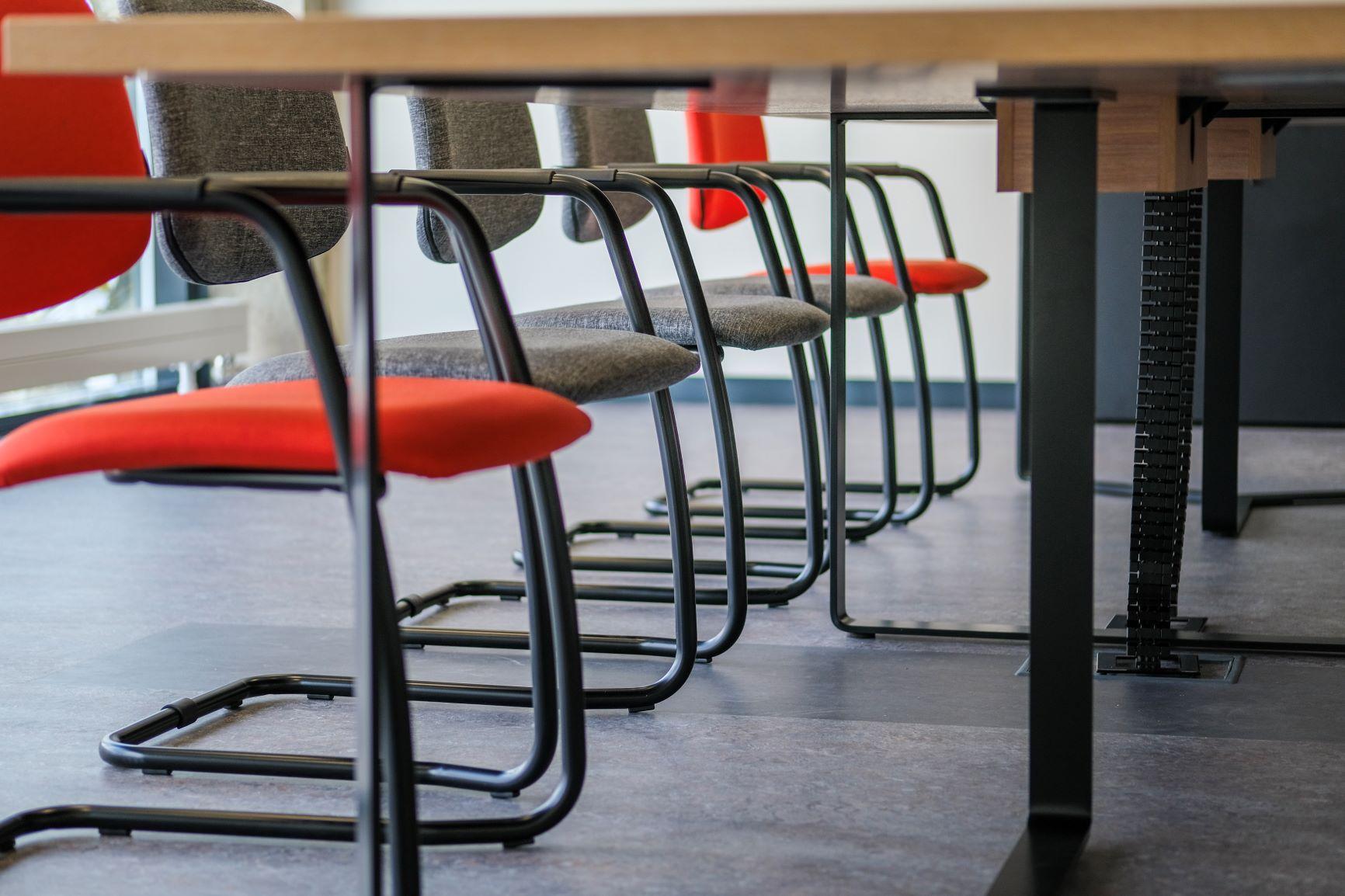 Konferenču krēslu šūprāmis un galda rāmis