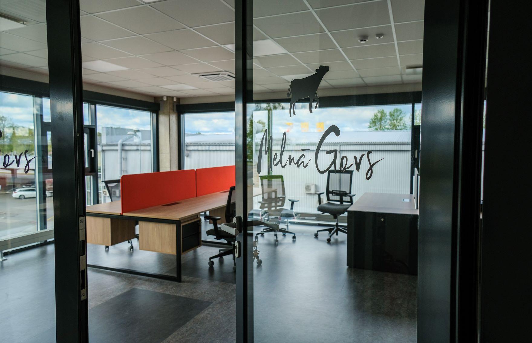 Astoņu darba vietu kabinets Melnā Govs birojā