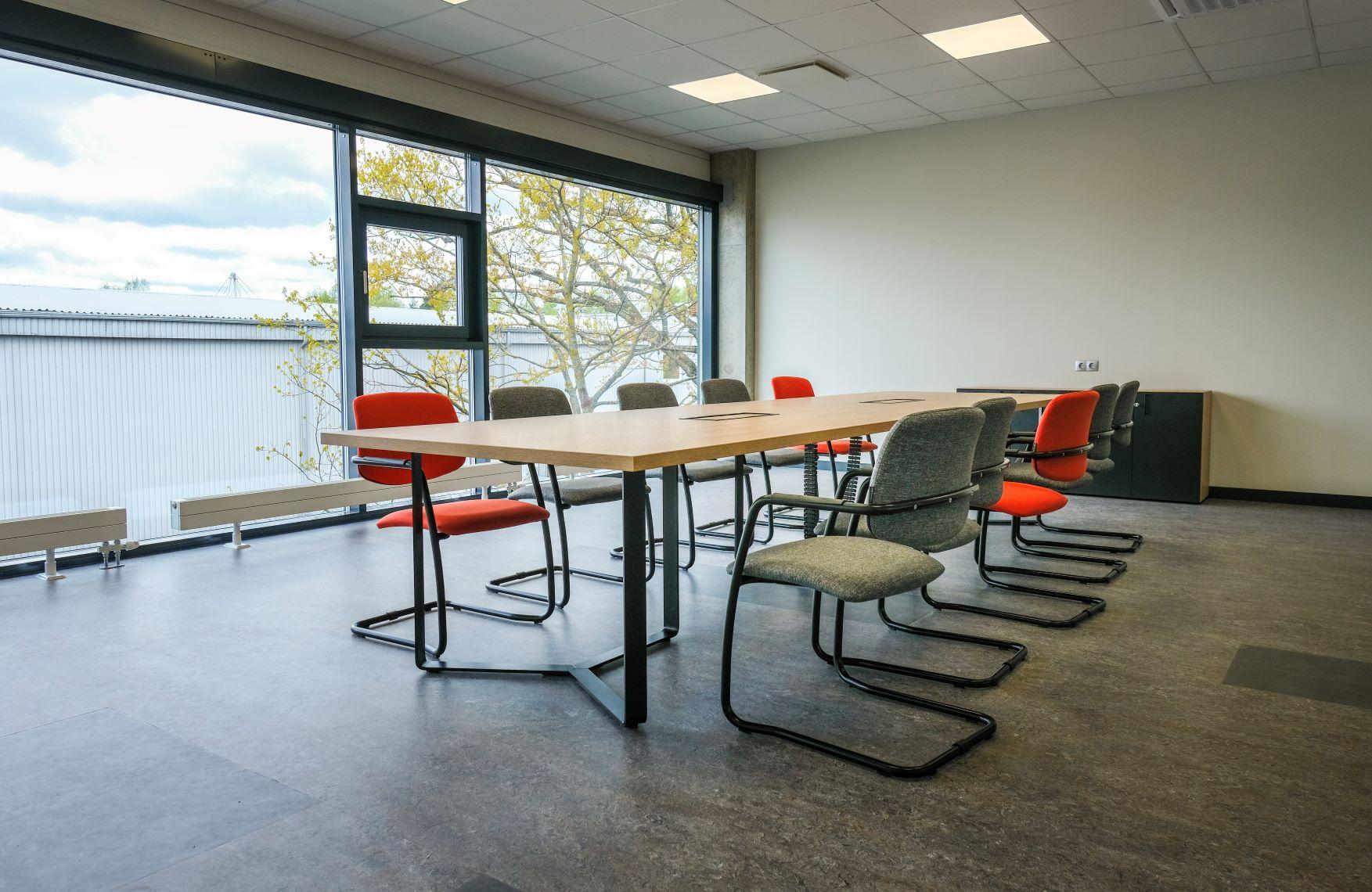 Konferenču telpa, kas ierīkota izmantojot Narbutas biroja mēbeles