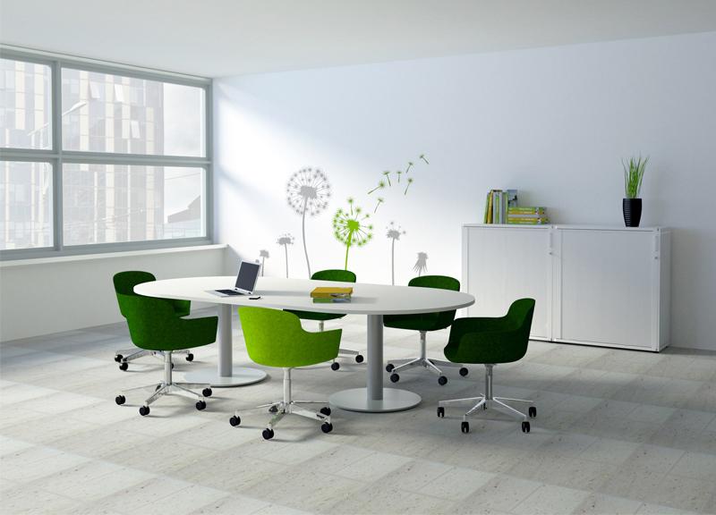 Forum pārrunu galds sapulču telpā ar apmeklētāju krēsliem uz ritenīšiem