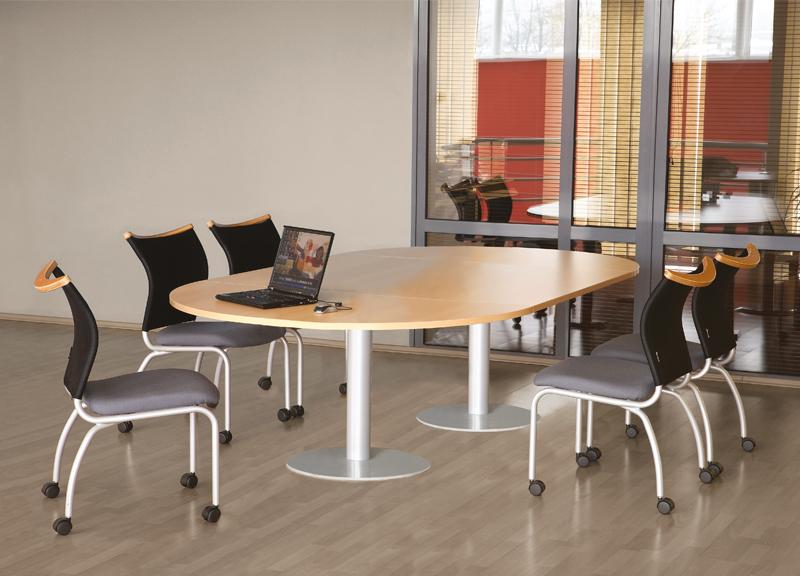 Forum liels pārrunu galds ar krēsliem uz ritenīšu pamatnes