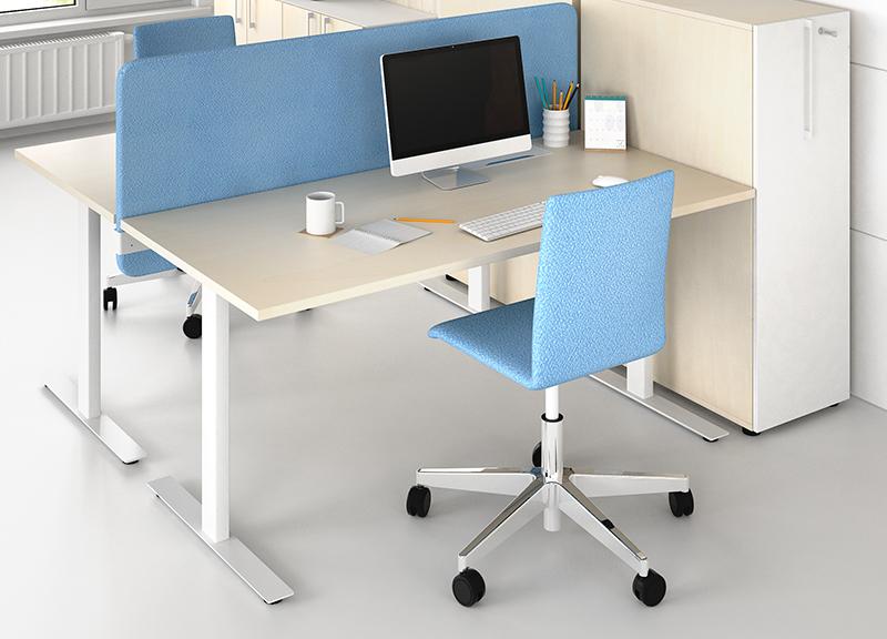 T-EASY fiksēts galds ar akustisko starpsienu un MOON biroja krēslu