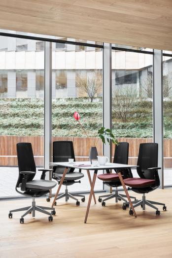 Accis Pro biroja krēsli ar tumšu rāmi un sēdni