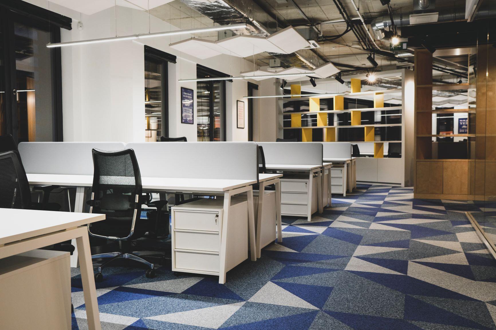 Darba vieta Rīgas birojā ar ergonomiskiem krēsliem un biroja galdiem