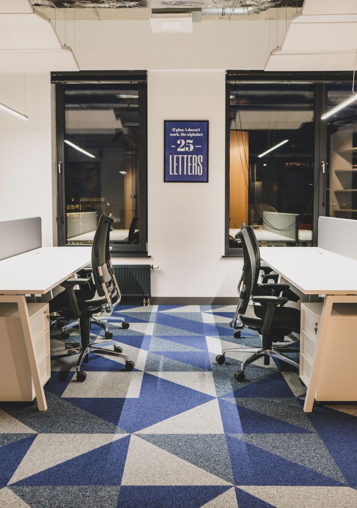 Darba vietas Rīgas birojā ar ergonomiskiem krēsliem un galdiem