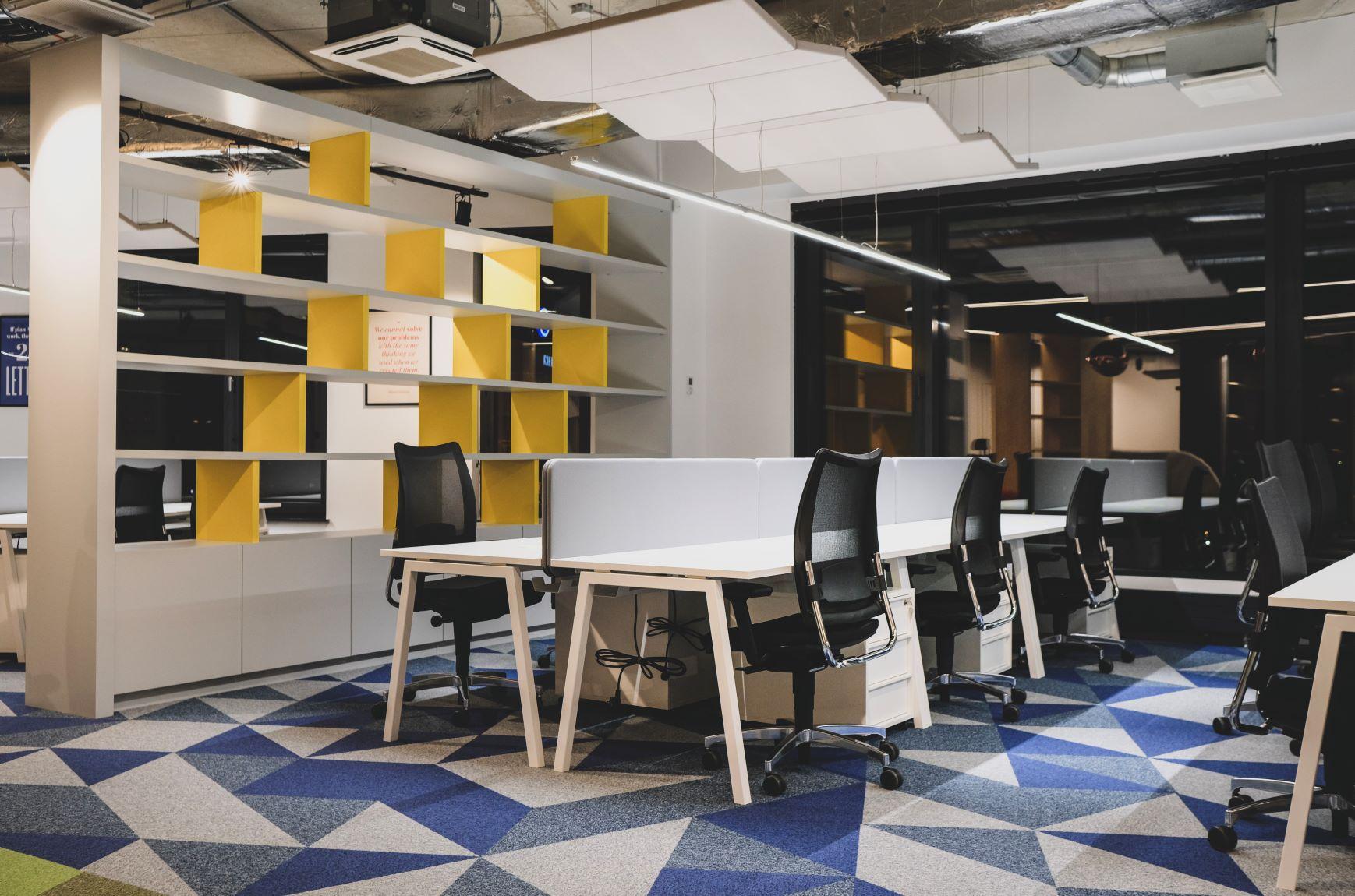 Biroja krēsli ar biroja galdiem un pēc individuālām vajadzībām izgatavoti atvērti plaukti