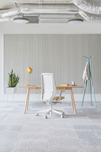 Accis Pro ar baltu rāmi mājas darba zonai