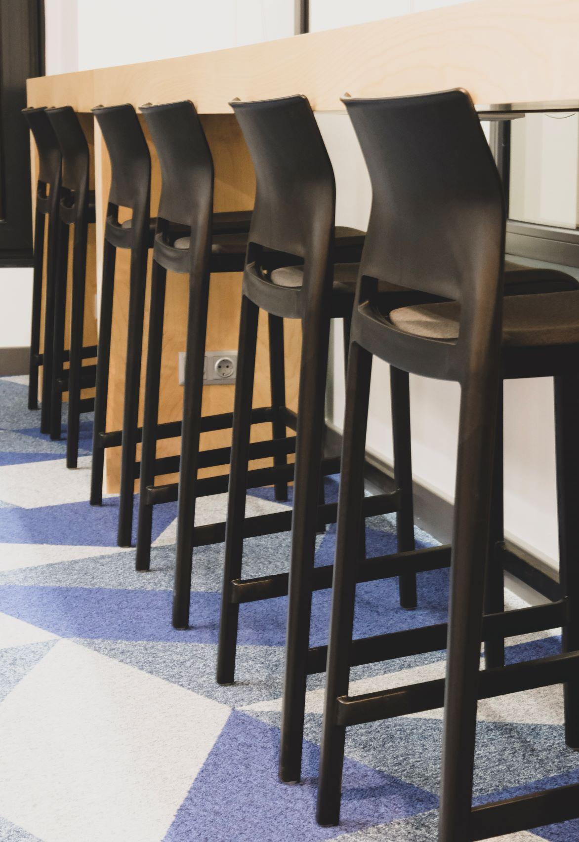 Augstie krēsli no īpaši viegli kopjama materiāla