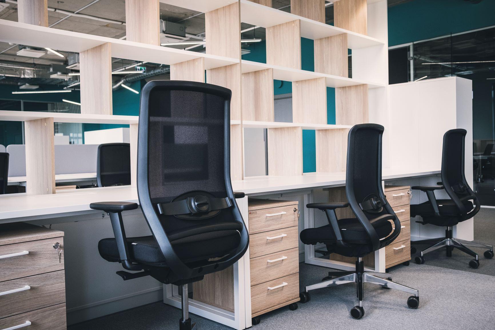 Birojs Rīgā ar ergonomiskiem biroja krēsliem, individuāli sagatavotiem atvērtiem plauktiem