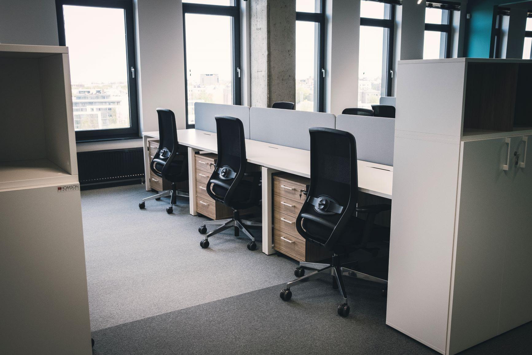 Ergonomiski biroja krēsli ar elegantiem galdiem un ietilpīgiem skapjiem