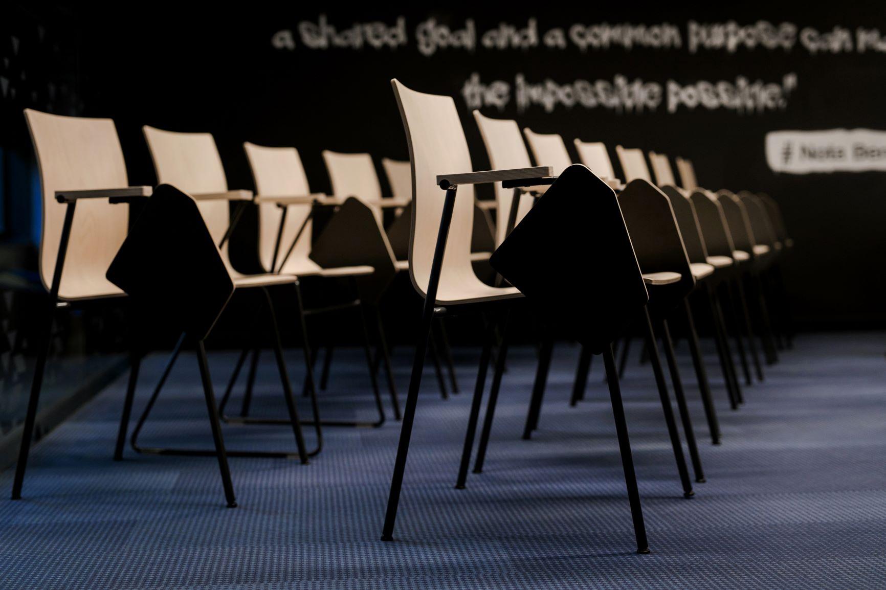 Konferenču telpa ar Bejot Orte sapulču krēsliem