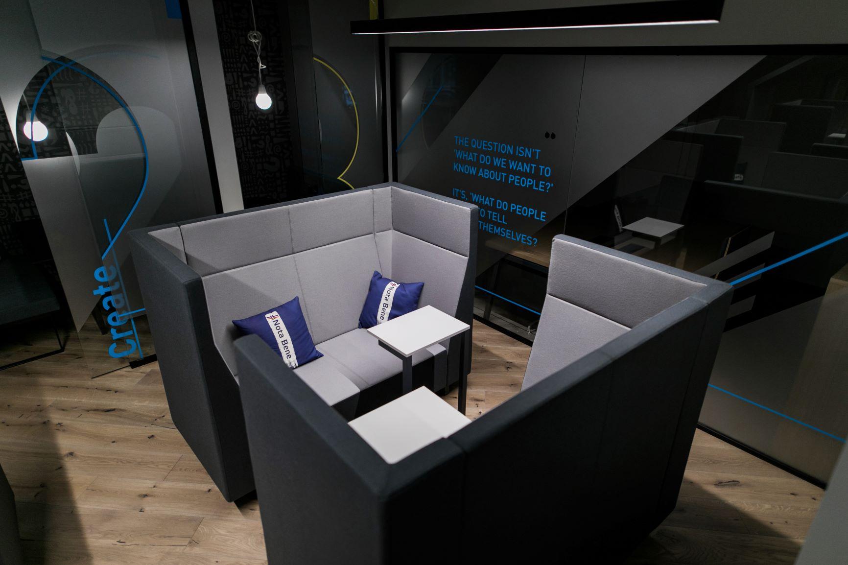 Akustiskie dīvāni netraucētam darbam un sarunām kopstrādes birojā Rīgā