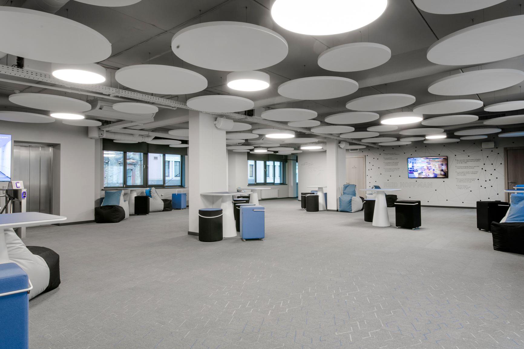 Kopstrādes biroja telpa sapulcēm, darbam un atpūtai ar pufiem un akustiskiem griestu paneļiem