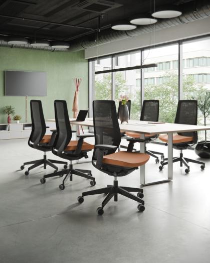 Accis Pro biroja krēsls ar melnu rāmi