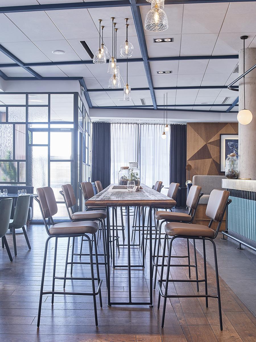 Retro augste krēsli pie augstā galda Epocc