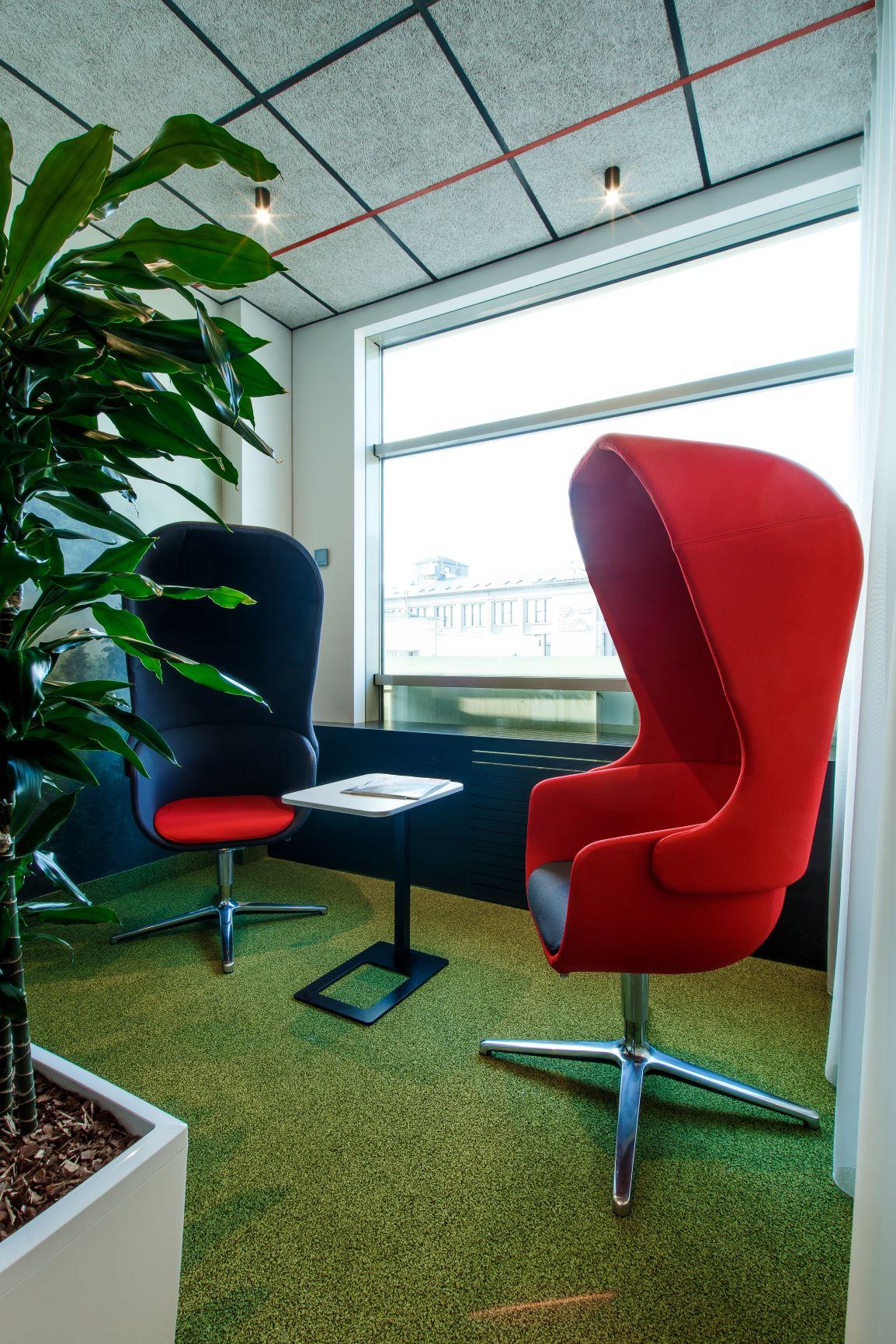 Atpūtas zona ar telpaugiem un atpūtas krēsliem ar akustiskām īpašībām