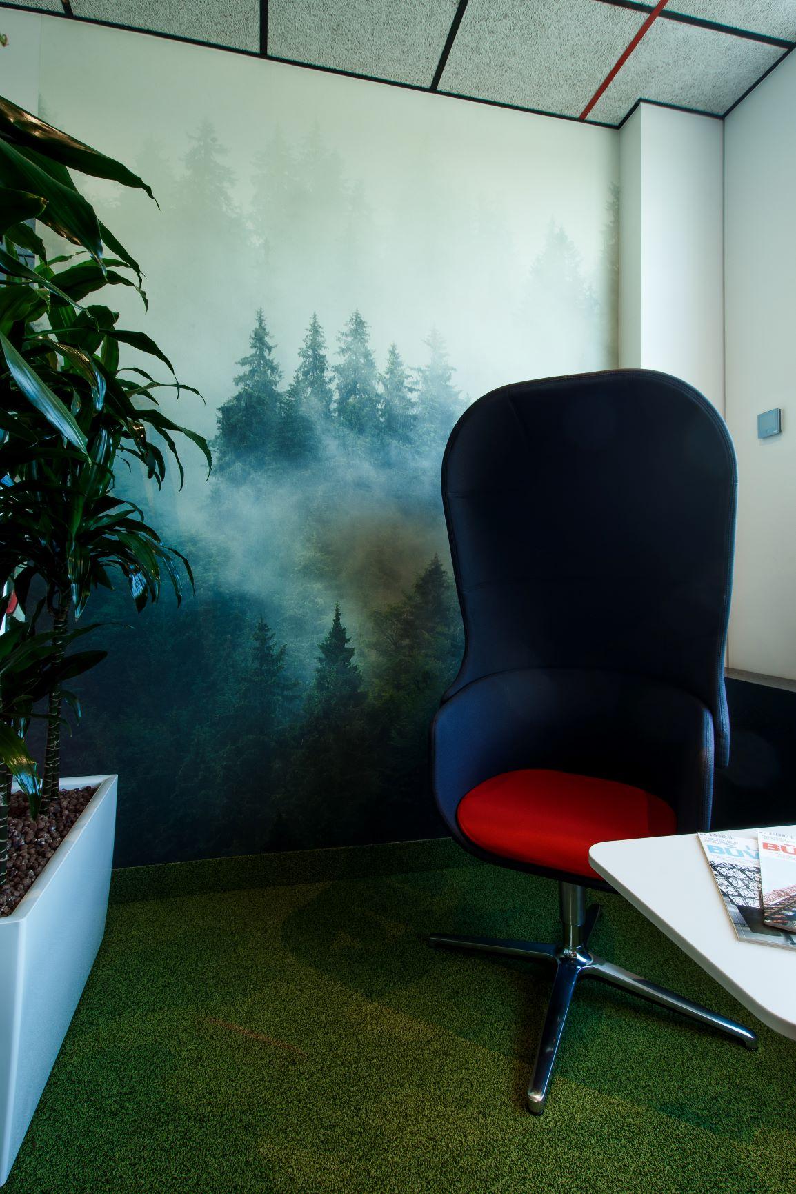 Hilti biroja atpūtas zona ar telpaugiem un atpūtas krēsliem ar akustiskām īpašībām
