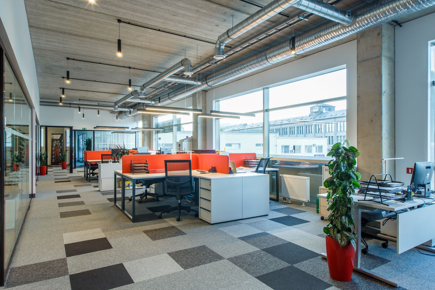 Hilti birojs ar darba vietām, kas sastāv no stūra galdiem, ietilpīgiem atvilktņu blokiem un ergonomiskiem biroja krēsliem