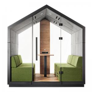 Četrvietīga akustiskā telpa ar stikla sienām, pufiem un elementiem televizora stiprināsānai