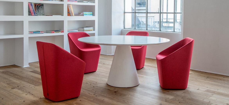 Pilnībā polsterēts apmeklētāju krēsls, dīvāns un pufs LOG kafejnīcām, restorāniem un viesnīcām
