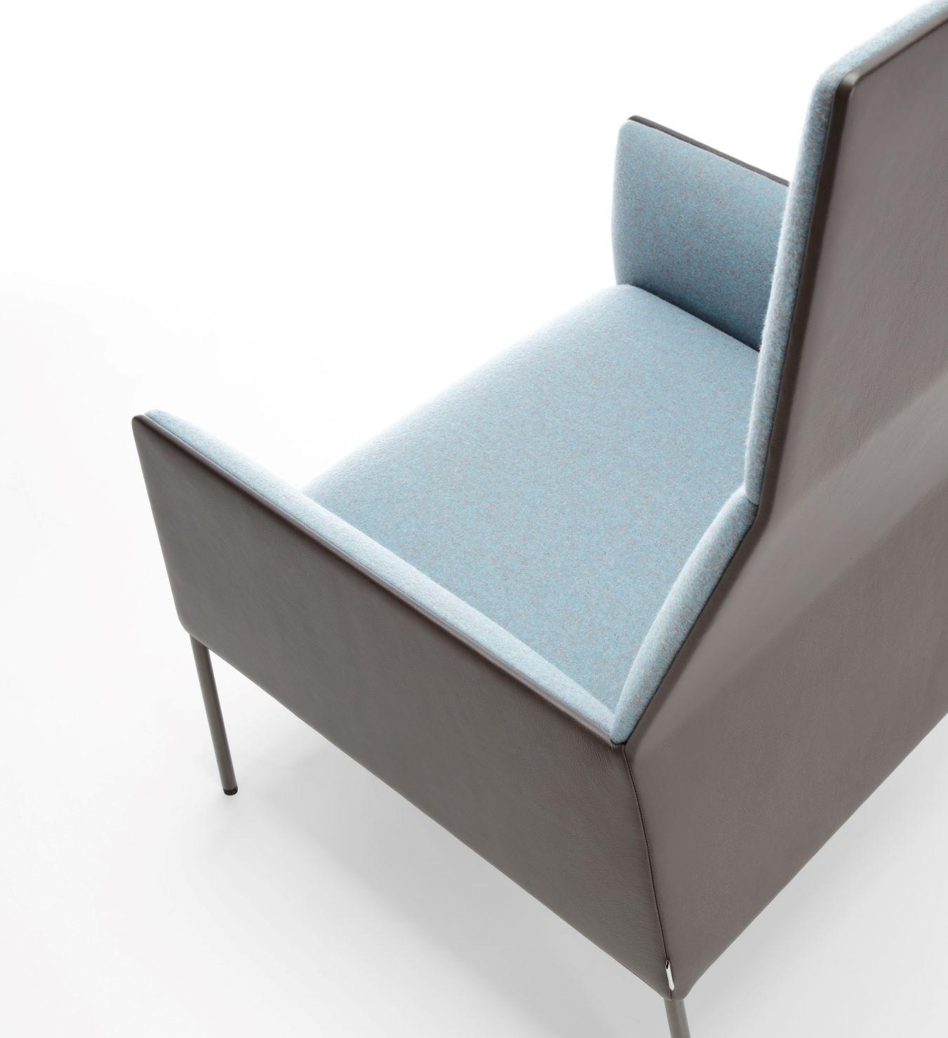 Gaisīgi dizaina dīvāni, mīkstie krēsli un apmeklētāju krēsli mājām, viesnīcām, kafejnīcām un restorāniem