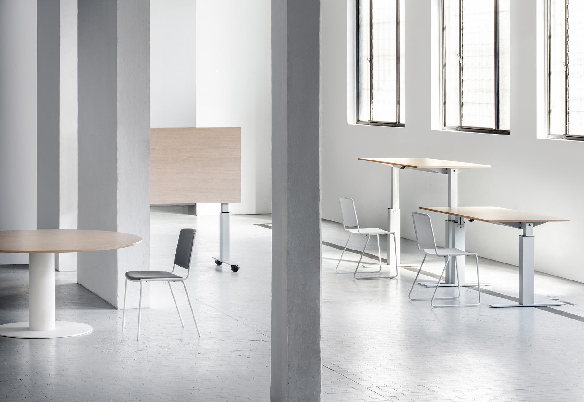 Mara Follow augstumā regulējams darba galds, apspriežu galds un galds ar nolokāmu virsmu